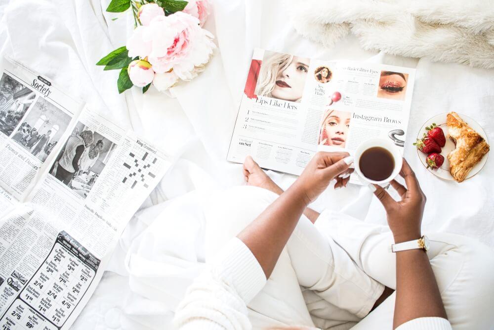 ブログ画像用のおしゃれな無料写真サイト。雑誌をひろげる女性