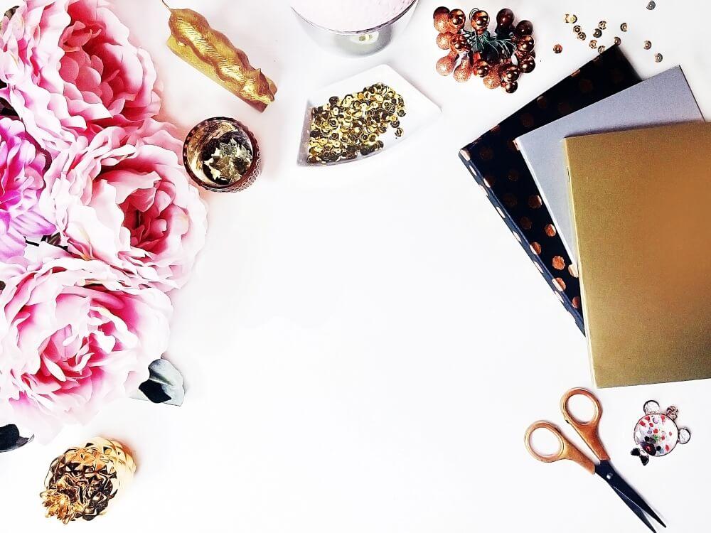 海外のおしゃれな無料写真。ゴールドとピンクのデスクの小物