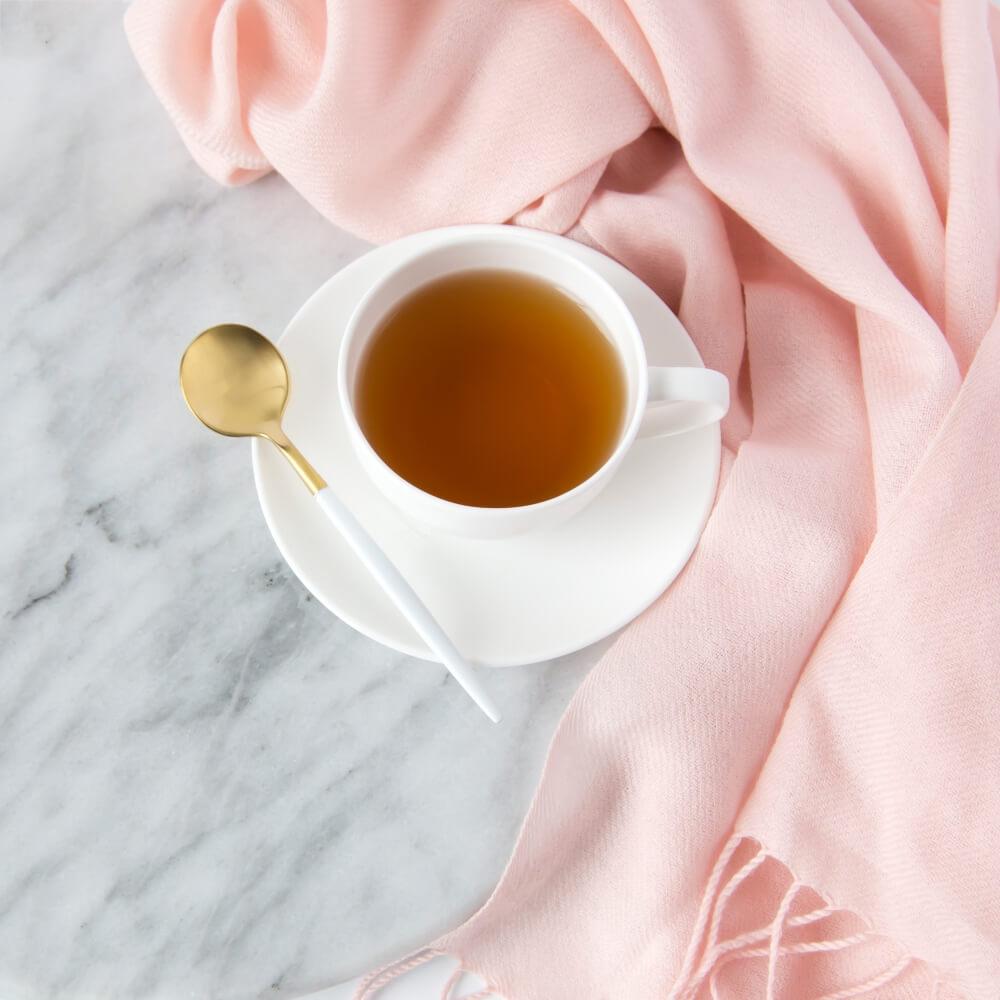 写真素材。紅茶とピンクのストール