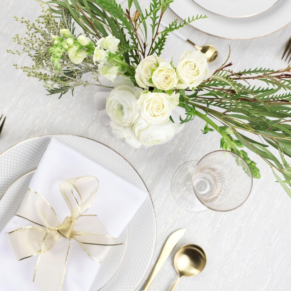 テーブルセッティング白。無料写真素材。